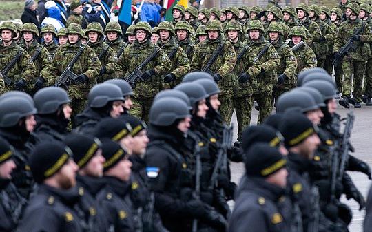 Binh sĩ Estonia diễu hành hôm 25-2. Ảnh: AP