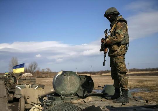 Đoàn xe quân sự Ukraine rút khỏi khu vực Debaltseve ở miền Đông hôm 27-2. Ảnh: Reuters