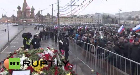 Khoảng 7.000 người tập trung gần cây cầu Bolshoi Moskvoretsky bày tỏ lòng tiếc thương và biểu tình về cái chết của ông Nemtsov. Ảnh: Twitter
