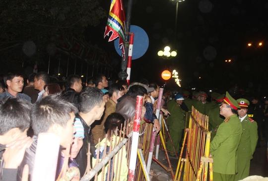 Lực lượng công an được tăng cường dày đặc để bảo vệ lễ hội