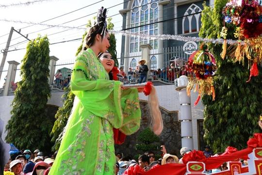 Nhiều người leo lên bờ tường hoặc cây cối để xem lễ hội