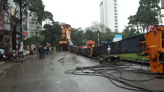 Chiếc cần khổng lồ chắn hết nửa lòng đường Nguyễn Hữu Thọ