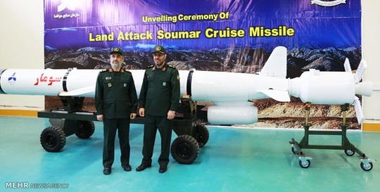 Bộ trưởng Quốc phòng Iran Hossein Dehghan (phải) trong lễ công bố hệ thống tên lửa Soumar. Ảnh: MEHR
