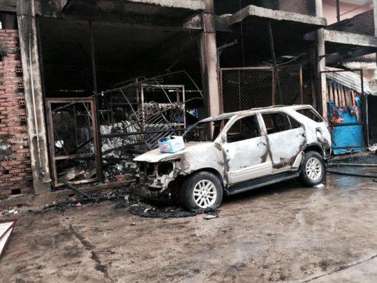 Chiếc ô tô Fotunner 7 chỗ bị lửa thiêu rụi