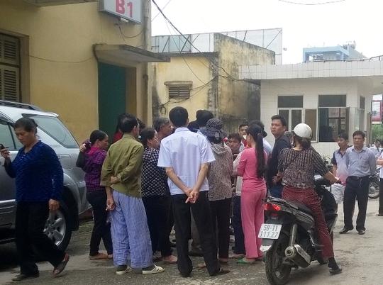 Người dân tụ tập trước cổng nhà khác 25A theo dõi cơ quan chức năng khám nghiệm hiện trường