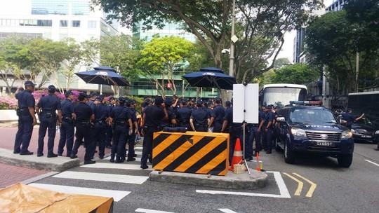Lực lượng an ninh giữ trật tự. Ảnh: CNA