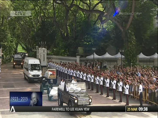 Hàng ngàn người rước linh cữu ông Lý Quang Diệu