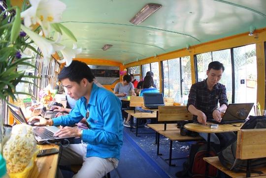 Nhiều bạn trẻ đến quán cà phê này đọc sách và làm việc