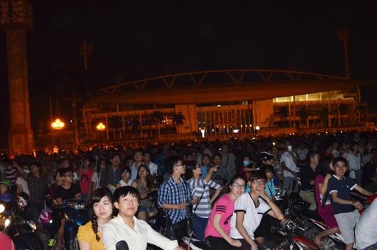 Hàng ngàn người dân, đặc biệt là các bạn trẻ, chờ đón hiện tượng trăng máu