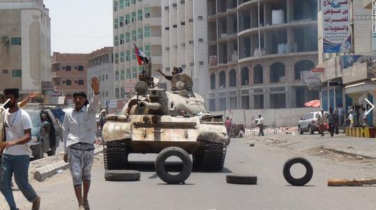 Giao tranh ác liệt đang diễn ra ở TP Aden. Ảnh: AP