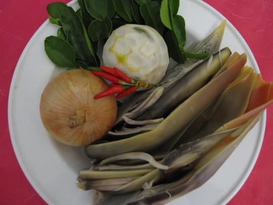 Nguyên liệu chính của món gỏi gà luộc xé phay trộn bắp chuối luộc cơm mẻ, lá trúc