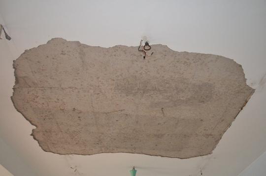 Mảng vữa trên trần lớn bị bong rơi xuống đất