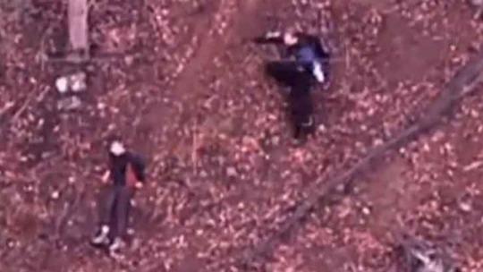 Một nhân viên cứu hộ trượt xuống nơi cậu bé nằm. Ảnh: SMH