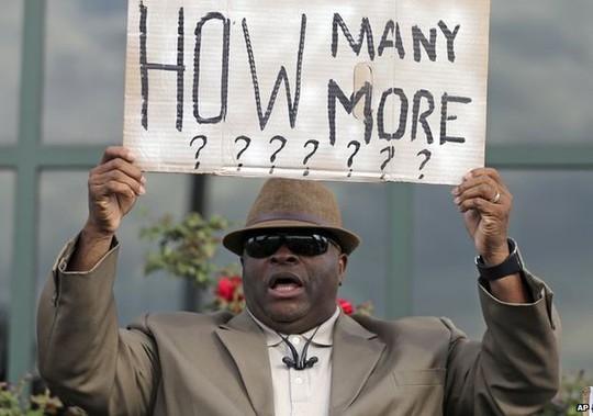 Những người Mỹ gốc Phi bày tỏ cảm giác bị cảnh sát phân biệt đối xử trong nhiều năm qua. Ảnh: AP