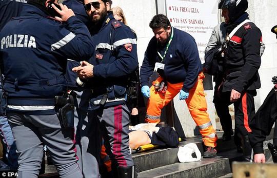 Những người bị thương được chuyển tới bệnh viện. Ảnh: EPA, Spash News