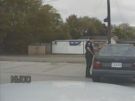 Sĩ quan Michael Slager tiếp cận chiếc Mercedes-Benz màu đen do ông Scott cầm lái. Ảnh: ABC News