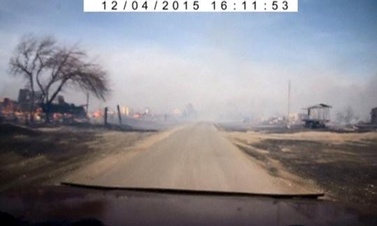 Nhiều làng mạc, thị trấn hoang tàn vì thần hỏa. Ảnh: Reuters