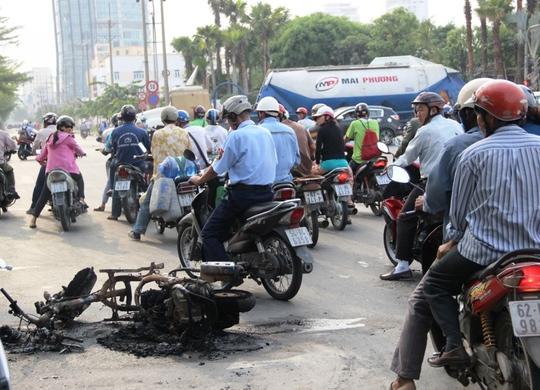 Xe tay ga bốc cháy giữa đường