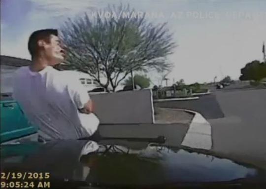 Khoảnh khắc ông Valencia bị đâm trúng. Ảnh: NBC News