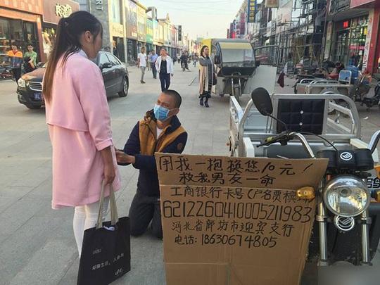 Tấm bìa các-tông gắn trên xe ba-gác của Viên Viên. Ảnh: Shanghaiist