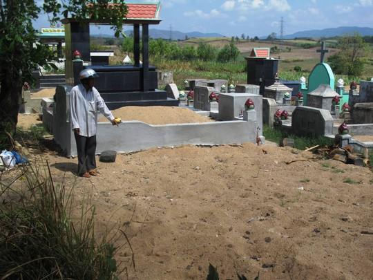 Ông Huỳnh Xuân Phương chỉ nơi lực lượng chức năng cho phép gia đình tài xế chôn cất con ông khi gia đình không hay biết