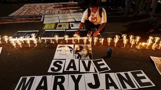 Một người di cư Indonesia thắp nến kêu gọi cứu bà Mary Jane Veloso. Ảnh: EPA