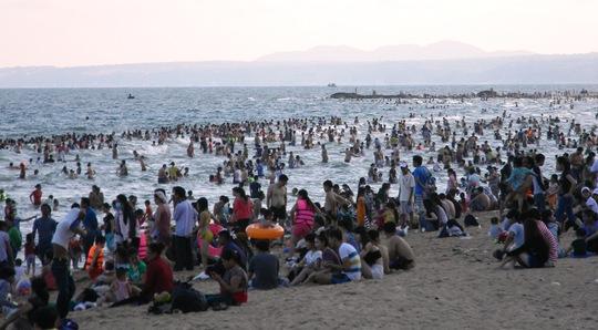 Rất đông du khách đã đến các bãi tắm của TP Phan Thiết trong ngày 1-5