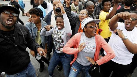 Hàng trăm người vui mừng nhảy múa ở TP Baltimore vì Freddie Gray được trả lại công bằng. Ảnh: Reuters