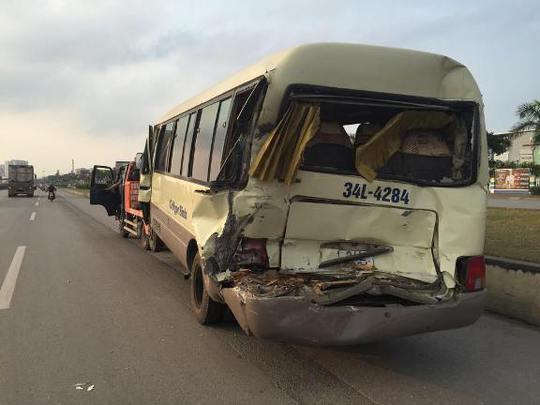 Chiếc xe khách 29 chỗ mang BKS 34L-4284 bị hư hỏng nặng phần đầu và phần đuôi xe bị bẹp dúm sau vụ tai nạn