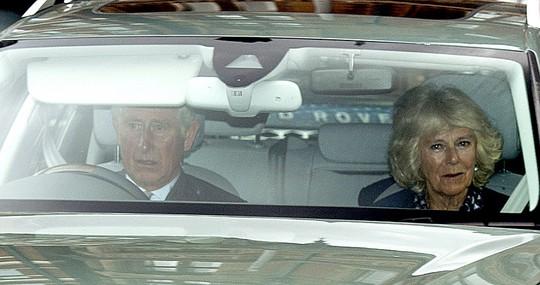 Thái tử Charles và nữ công tước xứ Cornwall, Camilla đến chúc mừng công nương Kate. Ảnh: Daily Mail