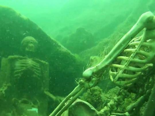 Các bộ xương giả dưới lòng sông Colorado. Ảnh: ABC News