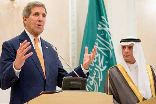 Ngoại trưởng Mỹ John Kerry phát biểu tại Riyadh hôm 7-5. Đứng cạnh ông là Ngoại trưởng Ả Rập Saudi Adel al-Jubeir. Ảnh: Reuters