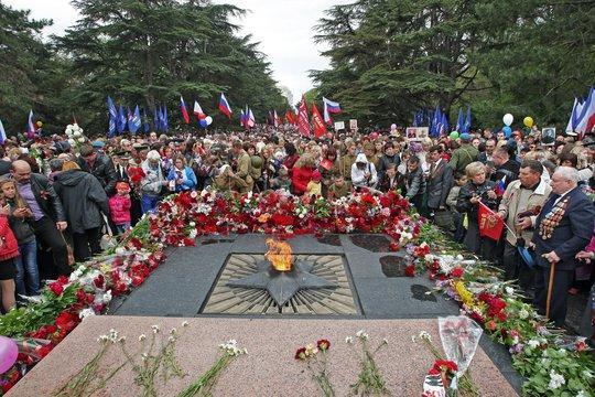 Người dân Nga đặt hoa tưởng niệm các nạn nhân chiến tranh. Ảnh: Sputnik News