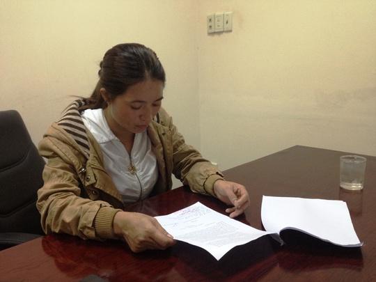 Chị Hồng cùng luật sư bảo hộ đang tiến hành làm đơn kiếu nại đến công an quận Tân Bình.