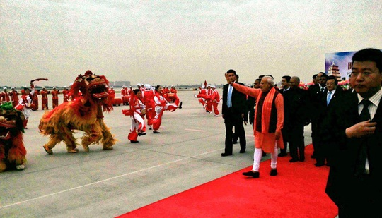 Thủ tướng Modi vẫy tay khi bước xuống sân bay Tân An hôm 14-5. Ảnh: Twitter