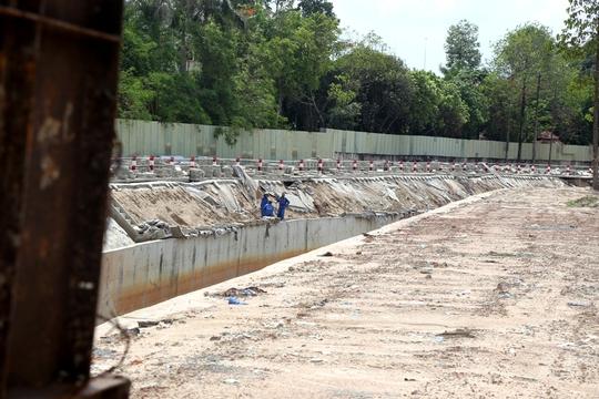 Nhiều đoạn mái kênh được tháo dỡ tháo dỡ các tấm đanh để gia cố phần đất bên trong
