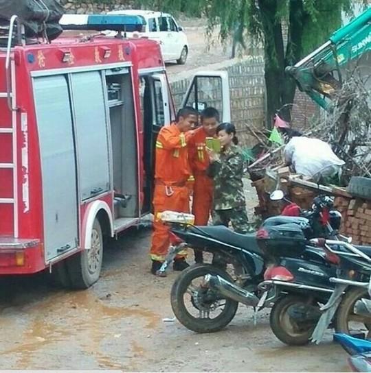 Ba lính cứu hỏa túm tụm đứng chụp hình... Ảnh: The Nanfang