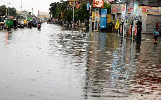 Một người phải quay đầu xe do phía trước nước ngập quá lớn.