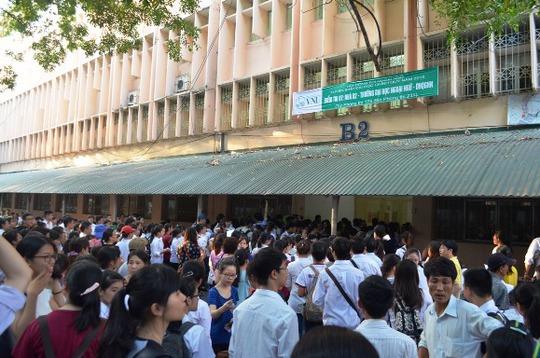 Ngay từ sáng sớm, hàng ngàn sỹ tử và phụ huynh đã có mặt tại tại cụm thi số 1, Đại học Quốc gia Hà Nội, đường Xuân Thủy, quận Cầu Giấy, Hà Nội