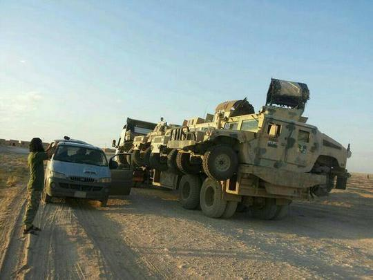 Loạt xe Hummer cũng do Mỹ sản xuất bị IS chiếm được và chuyển tới Syria. Ảnh: Twitter