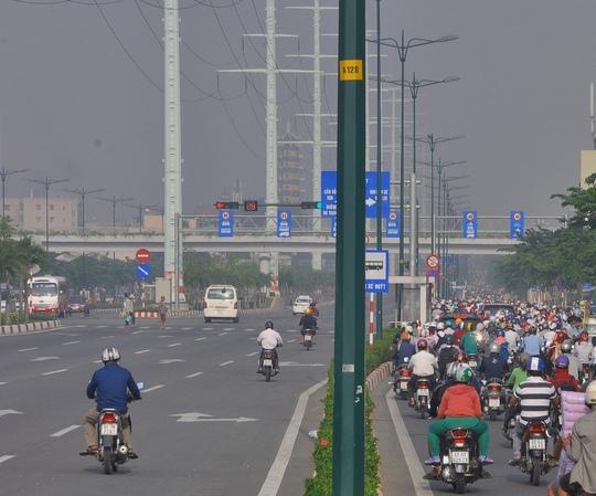 Đến hơn 7 giờ, một số xe máy tràn qua làn đường ô tô để lưu thông, bắt đầu gây nên cảnh hỗn loạn tại khu vực này