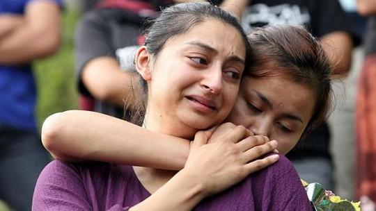 Cô Reena Joshi (phía trước) tại đám tang của chồng mình, anh Robbi Sapinggi. Ảnh: The Star