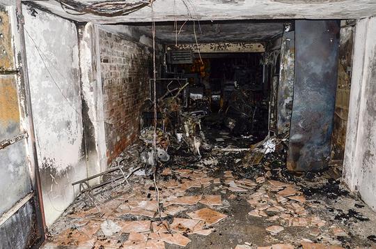 Vụ cháy làm toàn bộ đồ đạc trong nhà kho bị thiêu rụi, 3 chiếc xe gắn máy để trong kho bị cháy trơ khung.