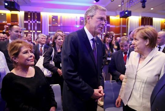 Ông Jeb Bush (giữa) gặp Thủ tướng Đức Angela Merkel (phái) ở Berlin hôm 9-6. Ảnh: Reuters