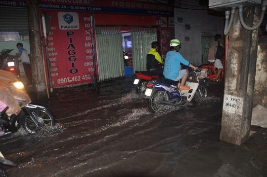 Một số tuyến đường hẻm ở quận Thủ Đức cũng bị ngập nhẹ khiến giao thông gặp nhiều khó khăn
