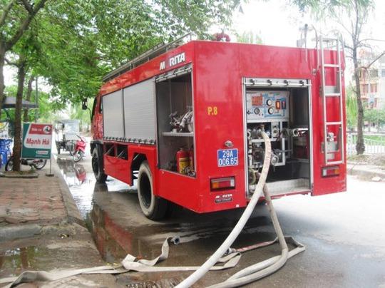Phòng PCCC quận Hoàng Mai đã điều 1 xe chữa cháy và 1 xe chuyên dụng cùng hàng chục chiến sỹ xuống hiện trường vụ cháy