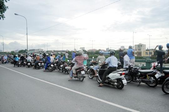 Nhiều người dừng xe để theo dõi sự việc khiến lực lượng dân phòng thường xuyên nhắc nhở để tránh kẹt xe