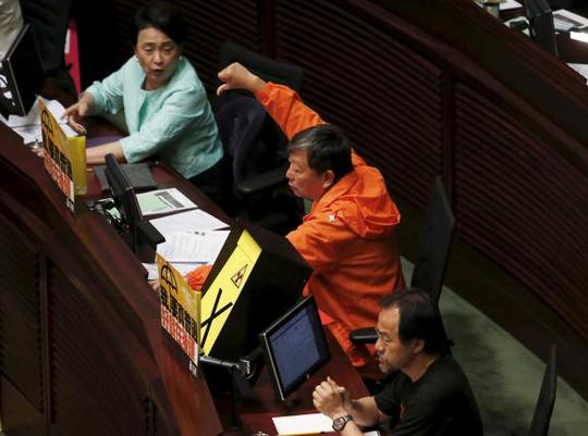 28/37 nhà lập pháp có mặt bỏ phiếu chống lại cải cách bầu cử. Ảnh: Reuters