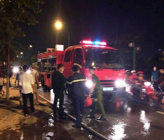 Hai xe chữa cháy cùng hàng chục chiến sỹ PCCC được điều đến hiện trường tổ chức dập lửa