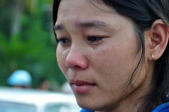 Vợ ngư dân Nguyễn Phú Cầu khóc nức nở sau khi chồng còn sống trở về. Ảnh: Tử Trực